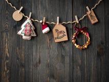 Weihnachtsdekoration über hölzernem Hintergrund Lizenzfreie Stockfotos