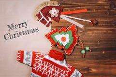 Weihnachtsdekoration über hölzernem Hintergrund Lizenzfreie Stockbilder