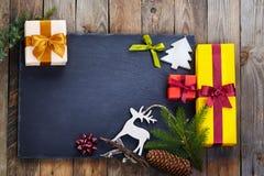 Weihnachtsdekoration über hölzernem Hintergrund Stockfotografie