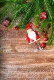 Weihnachtsdekoration über hölzernem Hintergrund Lizenzfreies Stockfoto