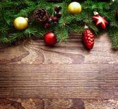 Weihnachtsdekoration über hölzernem Hintergrund Dekorations-Weinlese Stockfoto
