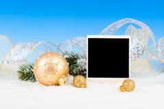 Weihnachtsdekoration über Schnee Stockfotografie
