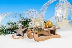 Weihnachtsdekoration über Schnee Stockbild