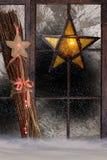 Weihnachtsdekoration, atmosphärische Fensterdekoration Stockbild
