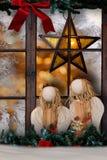 Weihnachtsdekoration, atmosphärische Fensterdekoration mit glänzendem Stern Lizenzfreies Stockfoto
