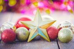 Weihnachtsdekoration auf abstraktem bokeh Stockfotos