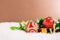 Weihnachtsdekoration auf abstraktem Hintergrund rote Verzierung, golden Lizenzfreie Stockbilder