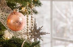 Weihnachtsdekoration auf Baum Lizenzfreie Stockbilder