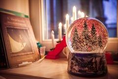 Weihnachtsdekoration auf dem Fensterbrett lizenzfreie stockbilder