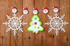 Weihnachtsdekoration auf dem hölzernen Hintergrund Lizenzfreies Stockbild