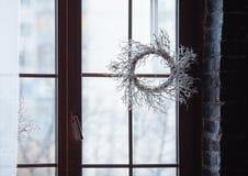 Weihnachtsdekoration auf der Fensterscheibe Lizenzfreie Stockfotografie