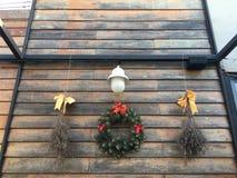 Weihnachtsdekoration auf der hölzernen Wand Lizenzfreies Stockbild