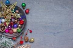 Weihnachtsdekoration auf der Platte lizenzfreies stockbild