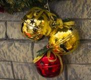Weihnachtsdekoration auf der Wand des Goldes und der roten Glocken Lizenzfreie Stockfotos