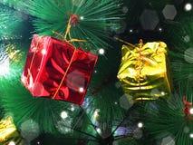 Weihnachtsdekoration auf einem Baum Stockbild