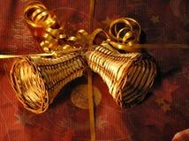 Weihnachtsdekoration auf einem Geschenk stockfotografie