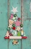 Weihnachtsdekoration auf einem grünen hölzernen Hintergrund als Weihnachten Lizenzfreies Stockfoto