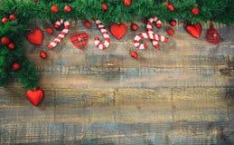 Weihnachtsdekoration auf einem hölzernen Brett, Kopienraum Lizenzfreies Stockfoto