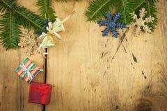 Weihnachtsdekoration auf einem hölzernen Vorstand Abstraktes Hintergrundmuster der weißen Sterne auf dunkelroter Auslegung Weihna Lizenzfreies Stockbild
