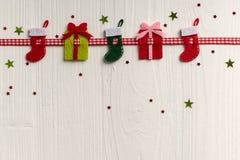 Weihnachtsdekoration auf einem Hintergrund von Weiß malte rustikale Boa Stockfoto