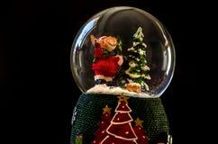 Weihnachtsdekoration auf einem schwarzen Hintergrund stockbild