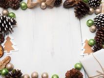 Weihnachtsdekoration auf einem weißen hölzernen Hintergrund Stockfotos
