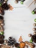 Weihnachtsdekoration auf einem weißen hölzernen Hintergrund Lizenzfreies Stockbild