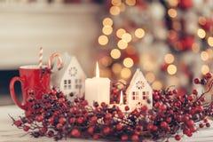 Weihnachtsdekoration auf einer Tabelle über unscharfen Lichtern stockfotos