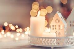 Weihnachtsdekoration auf einer Tabelle über unscharfen Lichtern stockbilder
