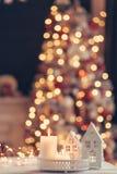 Weihnachtsdekoration auf einer Tabelle über unscharfen Lichtern stockfoto