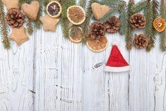 Weihnachtsdekoration auf hölzernem Brett des alten Schmutzes stockfoto