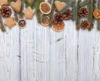 Weihnachtsdekoration auf hölzernem Brett des alten Schmutzes Lizenzfreie Stockfotos
