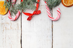 Weihnachtsdekoration auf hölzernem Brett des alten Schmutzes stockfotos