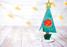 Weihnachtsdekoration auf hölzernem Hintergrund über weißer Wand, Nahaufnahme Lizenzfreies Stockbild
