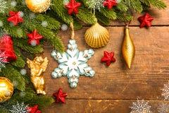 Weihnachtsdekoration auf hölzernem Hintergrund Lizenzfreies Stockfoto