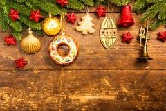 Weihnachtsdekoration auf hölzernem Hintergrund Stockbild