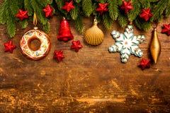 Weihnachtsdekoration auf hölzernem Hintergrund Stockbilder