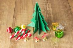 Weihnachtsdekoration auf hölzernem Hintergrund Stockfotos