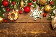 Weihnachtsdekoration auf hölzernem Hintergrund Lizenzfreie Stockfotos