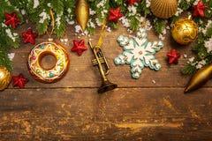 Weihnachtsdekoration auf hölzernem Hintergrund Lizenzfreie Stockbilder