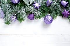 Weihnachtsdekoration auf hölzernem Hintergrund mit freiem Raum Stockfotos
