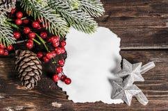 Weihnachtsdekoration auf hölzernen Brettern stockbild