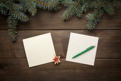 Weihnachtsdekoration auf hölzerner Hintergrundweinlese Stockbild