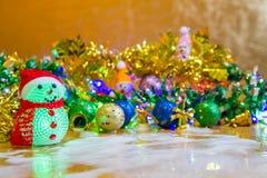 Weihnachtsdekoration auf hölzerner Tabelle Stockbilder