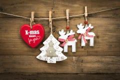 Weihnachtsdekoration auf hölzernem Hintergrundbrett Stockfoto