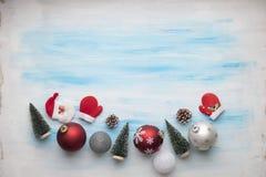 Weihnachtsdekoration auf malendem Hintergrund lizenzfreie stockbilder