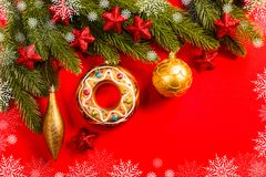Weihnachtsdekoration auf rotem Hintergrund Lizenzfreie Stockbilder