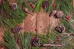 Weihnachtsdekoration auf roten berrys und Fichte des Weinleseholztischs Lizenzfreie Stockbilder
