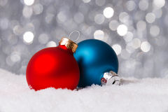 Weihnachtsdekoration auf Schnee Stockbilder