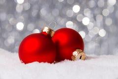 Weihnachtsdekoration auf Schnee Lizenzfreie Stockbilder